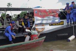 Kapolda Kalsel susur sungai untuk bagikan 50 sak beras