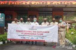 Jasaraharja Putera nenyerahkan bantuan APD untuk Taman Safari