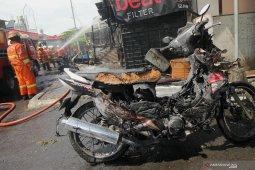 Kebakaran kios bensin di Surabaya