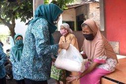 PKK Kota Kediri bagikan bahan pokok ke warga prasejahtera
