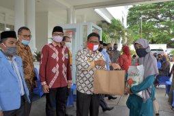 Wali kota Banda Aceh serahkan bahan pokok FK-IJK bagi 200 guru ngaji