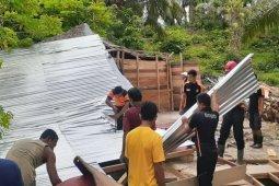 Rumah kepala desa di Aceh Timur ambruk akibat pohon sawit tumbang