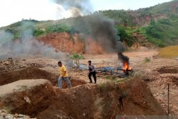 Polres pulau Buru musnahkan peralatan tambang ilegal di Desa Gogorea
