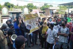 Warga Desa Perina Loteng unjuk rasa pertanyakan bansos tak tepat sasaran