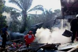 Pesawat TNI AU jatuh menimpa rumah warga