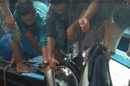 """Sebuah sepeda motor beserta pemiliknya """"terjun bebas"""" di Dermaga Sambas"""