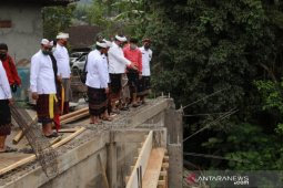 Bupati Gianyar bantu perbaikan  lima pura terkena bencana Rp1,45 miliar