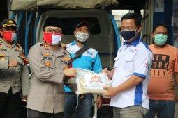 Polisi Tangerang salurkan 4,5 ton beras pada buruh ter-PHK  dampak COVID-19