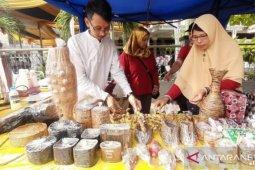 Warga Batuceper  Tangerang olah kertas bekas jadi kerajinan miniatur binatang