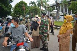 TNI Polri dan BKKBN bagikan masker gratis kepada masyarakat di Lhokseumawe