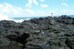 Swafoto di tebing pantai, seorang pelajar SMA hilang terhempas ombak