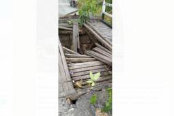 Jembatan kayu sungai Lambetong Banua Martinus daerah perbatasan ambruk