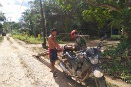 Serda Yanto bantu warga bawakan kayu api