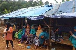 Warga pengungsi Cigobang, Kabupaten Lebak berharap bantuan logistik