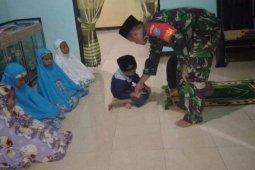 Anggota TNI ini ajarkan anak-anak shalat