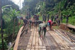 Satgas TMMD dan warga melanjutkan pembongkaran jembatan
