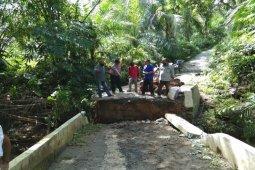 Jembatan amblas di Desa Turangi Salapian Langkat