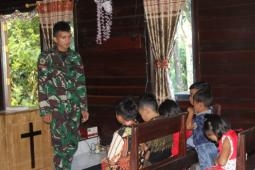 Personel TMMD mengajar sekolah minggu di gereja