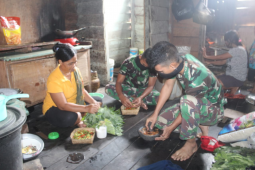 Masakan ala anggota Satgas TMMD Kodim 1203/Ktp