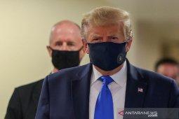 Trump akhirnya pakai masker saat kunjungi faskes militer