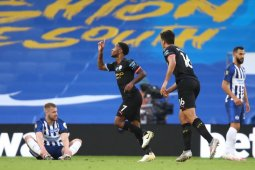 Raheem Sterling menciptakan hat-trick saat City hancurkan Brighton 5-0 dala