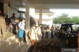 Tim KPK datangi Kantor Bupati Labura, tak bersedia beri keterangan