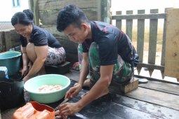 TMMD 108 Kodim 1203/Ktp bantu warga memotong daging ayam