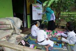 Foto - Sulit akses internet, siswa SDN 6 Tapa belajar berkelompok