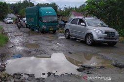 Ruas jalan lintas ke ibu kota Simalungun hancur