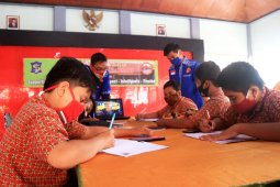 Pelajar Surabaya manfaatkan wifi  kecamatan untuk belajar daring