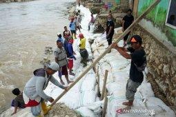 Foto - Pembangunan tanggul sungai darurat di Kota Gorontalo