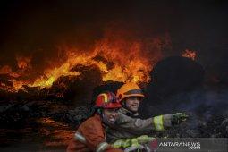 Kebakaran pabrik kapas di Bandung