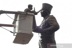 Prajurit TNI rawat patung Soekarno