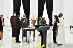 Bupati Malra lantik dua wanita sebagai PPTP hadiah Hari