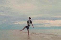 "Keindahan Pulau Cinta di video musik ""Layarkan"""