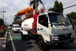 Di Kediri, mobil gunner PMI semprotkan disinfektan di jalan protokol