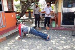 Kena razia masker, sejumlah warga di Kediri dihukum push up