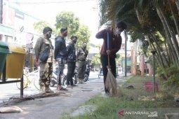 Puluhan warga Kota Probolinggo terjaring razia masker disanksi bersihkan GOR