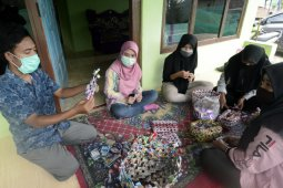 Pelatihan pembuatan kerajinan dari sampah pelastik