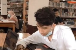 Sejumlah mahasiswa dan pelajar enjoy kerjakan tugas daring di perpustakaan