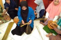 Nur Afni, mahasiswi jago anyaman lidi yang tak pelit berbagi ilmu