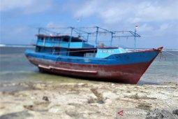 Awak kapal asal Cilacap yang kandas terdampar di Selaru, Kepulauan Tanimbar