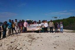 Japesda dan warga bersih-bersih pantai peringati