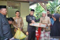 Bupati Lutim serahkan bantuan  kepada warga kurang mampu