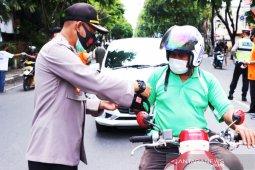 Polresta Banjarmasin bersama Ves Community bagikan masker cegah COVID-19