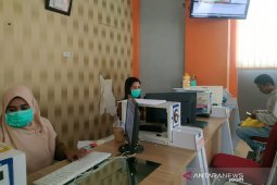 Cegah COVID-19, Petugas Disdukcapil Lutim gunakan masker layani warga