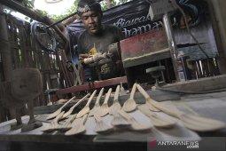 Produksi alat makanan dari kayu