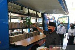 Dispersip Kalsel serahkan Mobil Perpustakaan Keliling ke HSU
