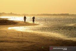Wisata pantai Tiris