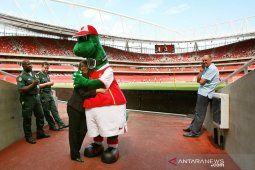 Maskot Arsenal Gunnersaurus kembali ke Stadion Emirates
